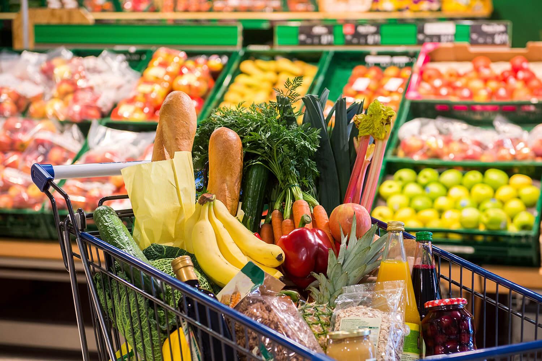 Einkaufswagen mit Gemüse im Supermarkt