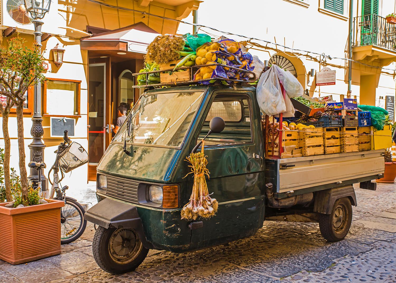 Italienischer Mini-Transporter vollgepackt mit Gemüsekisten
