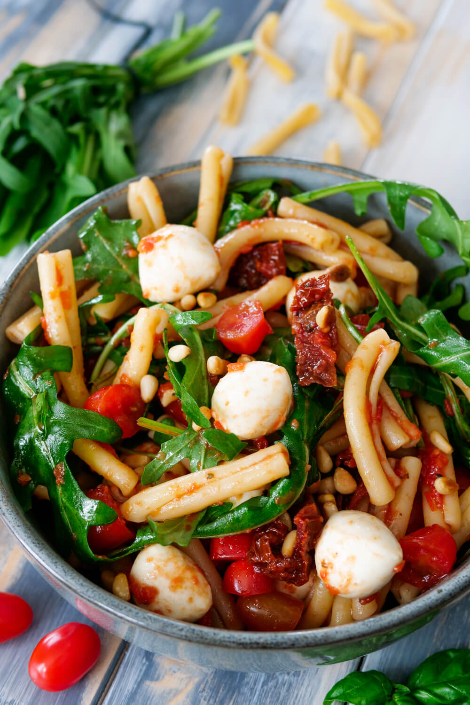 Italienischer Nudelsalat mit Mozzarella, Tomaten und Rucola