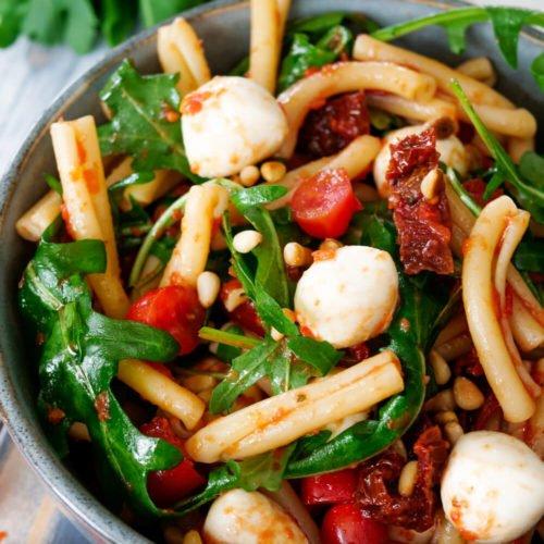 Nudelsalat mit Tomaten, Rucola, Pinienkernen und Mozzarella