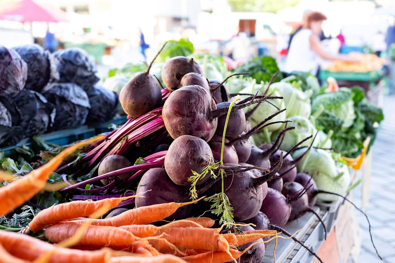 Gemüseauslage auf dem Wochenmarkt