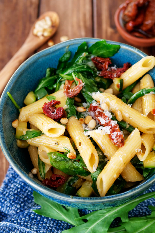 Nudelsalat mit Honig-Senf-Dressing , getrockneten Tomaten, Rucola, Parmesan dun Pinienkernen