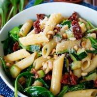 Einfacher Nudelsalat mit Zucchini, getrockneten Tomaten, Parmesan und Pinienkernen