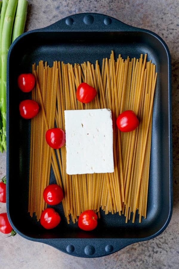 Pasta mit Feta und Tomaten in der Auflaufform