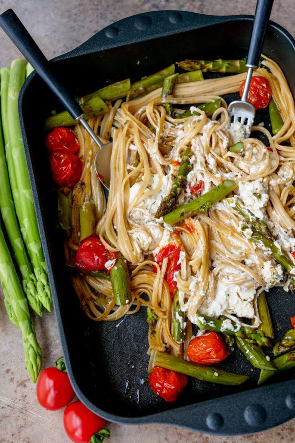 Pasta mit Spargel im Ofen backen und in der Auflaufform vermischen