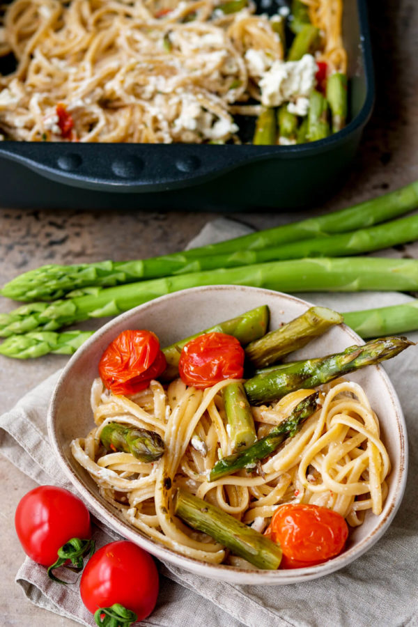 Pasta mit Spargel, Tomaten und Spaghetti in der Schüssel