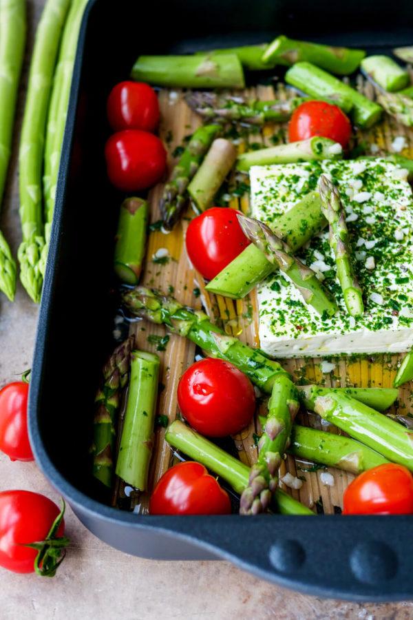 Pasta mit Spargel, Tomaten und Feta in der Auflaufform