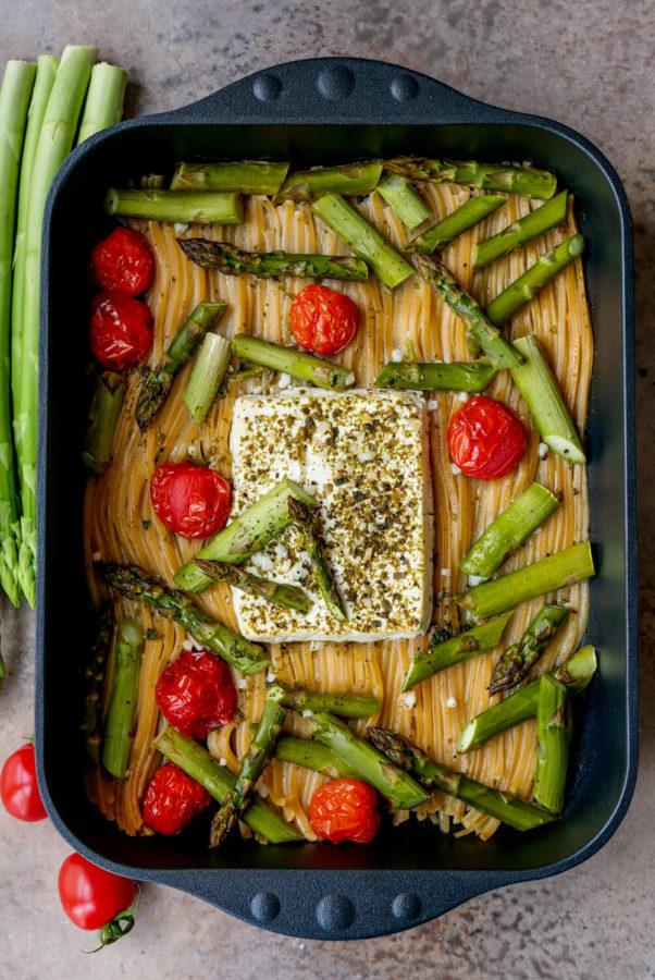 Pasta mit grünem Spargel, Tomaten und Feta in der Auflaufform