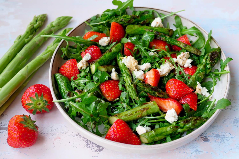 Fruchtiger Salat mit grünem Spargel, Erdbeeren, Rucola und Feta