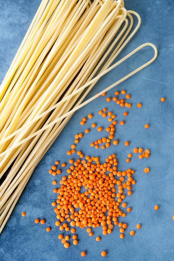 Rote Linsen und Spaghetti Nudeln