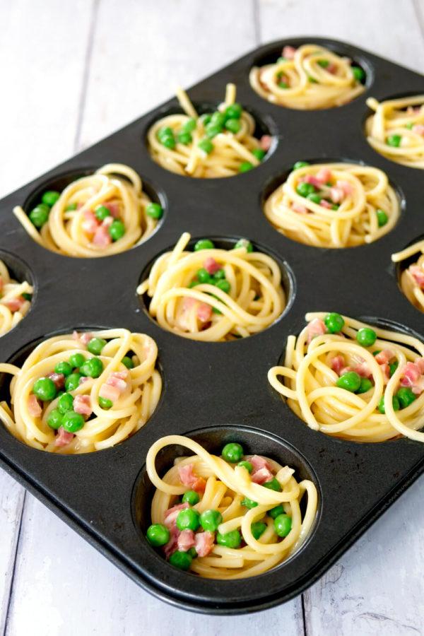 Spaghetti mit Erbsen und Speck in der Muffinform