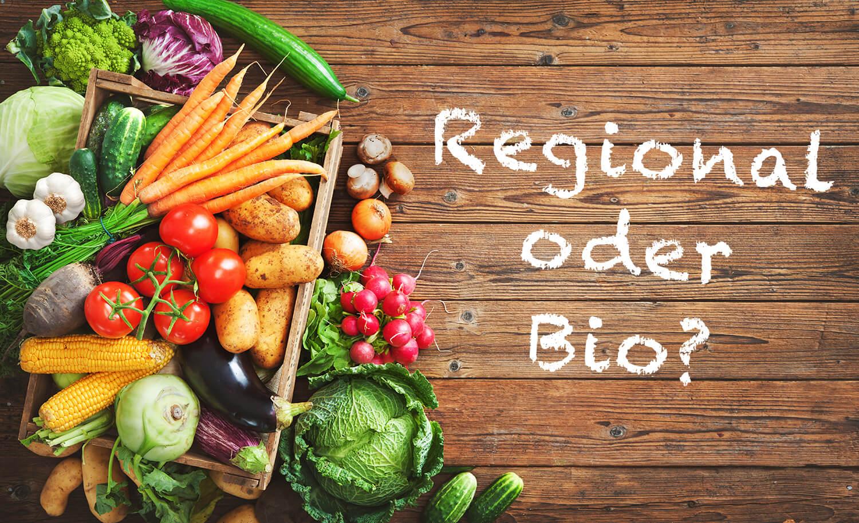 Regionales Gemüse auf einem Holztisch