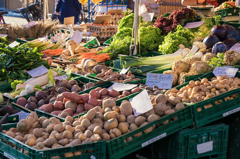 Wochenmarktstand mit regionalem Gemüse