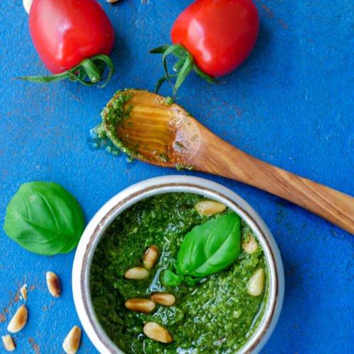 Basilikumpesto mit frischem Basilikum, Olivenöl, Parmesan und Pinienkernen