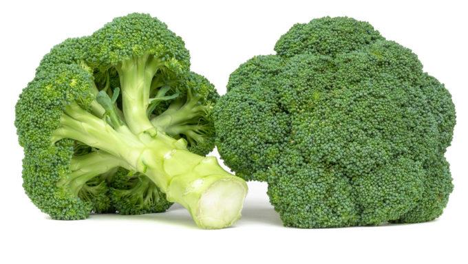 Zwei Köpfe Brokkoli warten auf den Kochtopf