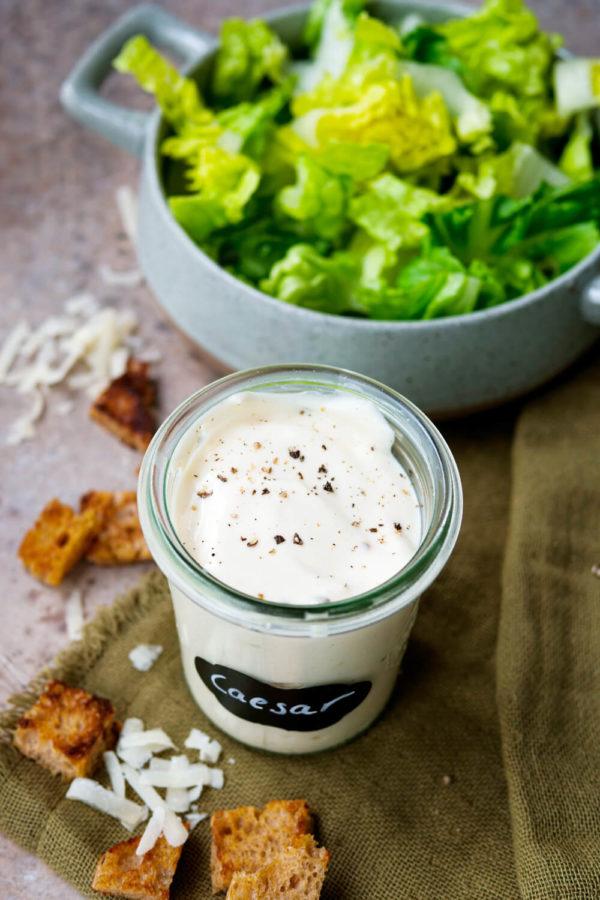 Caesar-Dressing mit Mayonnaise, griechischem Joghurt und Senf