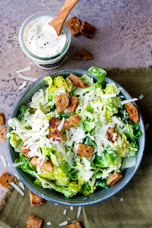 Caesar-Salad-Dressing mit Joghurt zum Römersalat mit Croutons und Parmesan