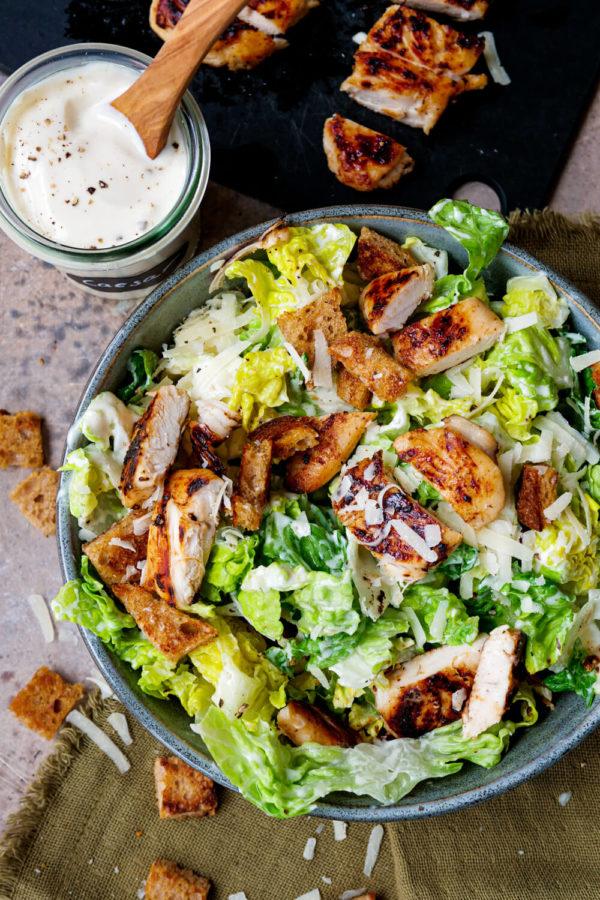 Caesar-Salad-Dressing Rezept mit Knoblauch, Mayo, Senf und Joghurt zum Römersalat mit Hähnchen