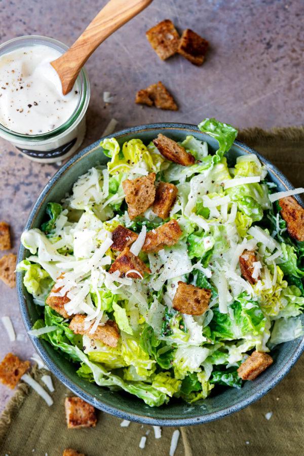 Caesar-Salad-Dressing ohne Ei und Römersalat mit Croutons und Parmesan