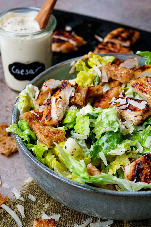 Caesar Salad mit Hähnchen, Croutons, Römersalat und Parmesan