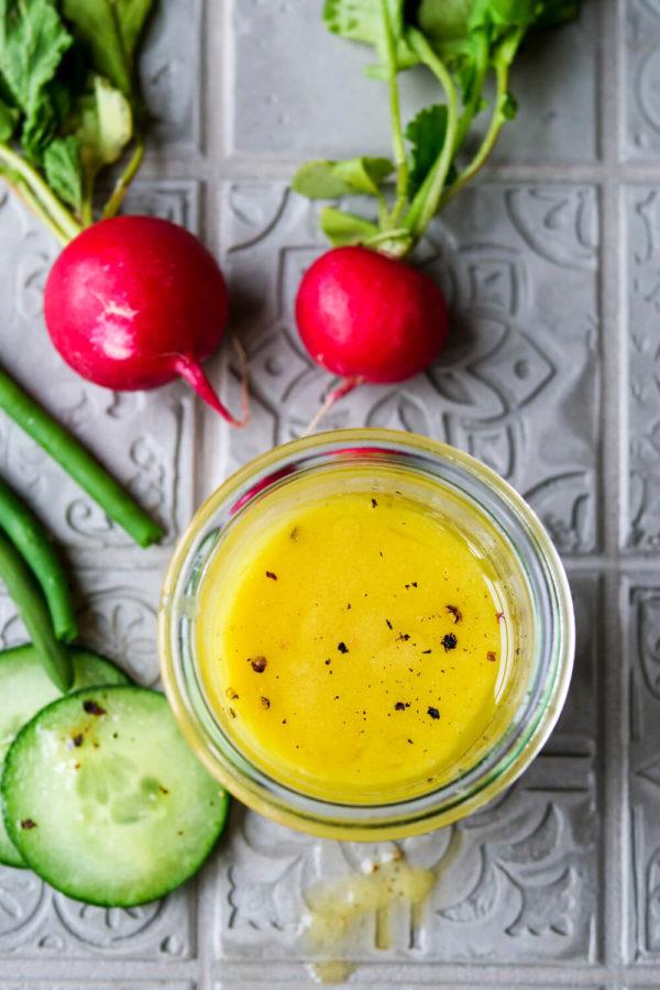 French-Dressing Rezept mit Olivenöl, Senf und Balsamico mit Radieschen Gurken und Bohnen