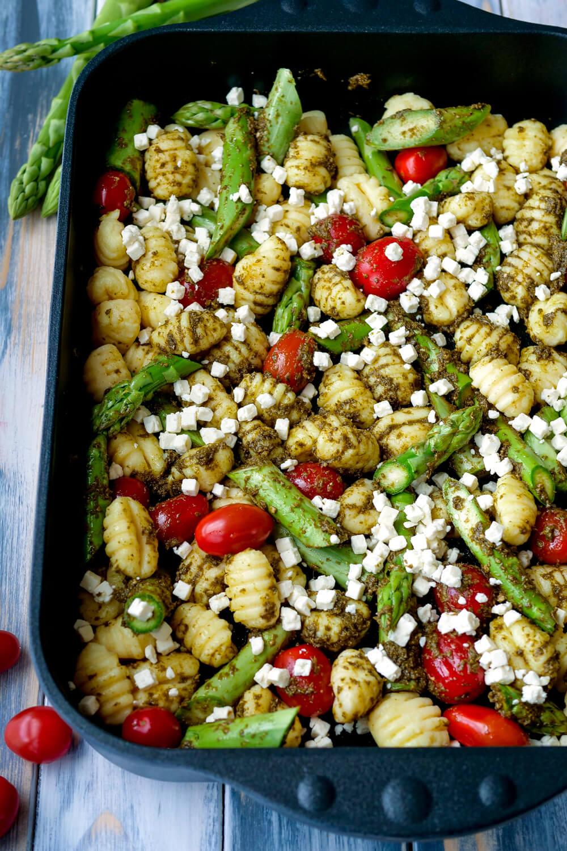 Gnocchi mit Gemuese, Spargel, Tomaten, Feta und Pesto in Auflaufform
