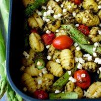 Gnocchi-Spargel-Auflauf mit Pesto und Feta für das Mittagessen