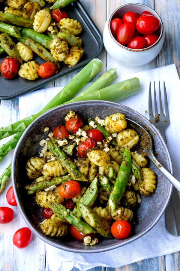 Gnocchi mit Spargel, Tomaten und Pesto für das gesunde Abendessen