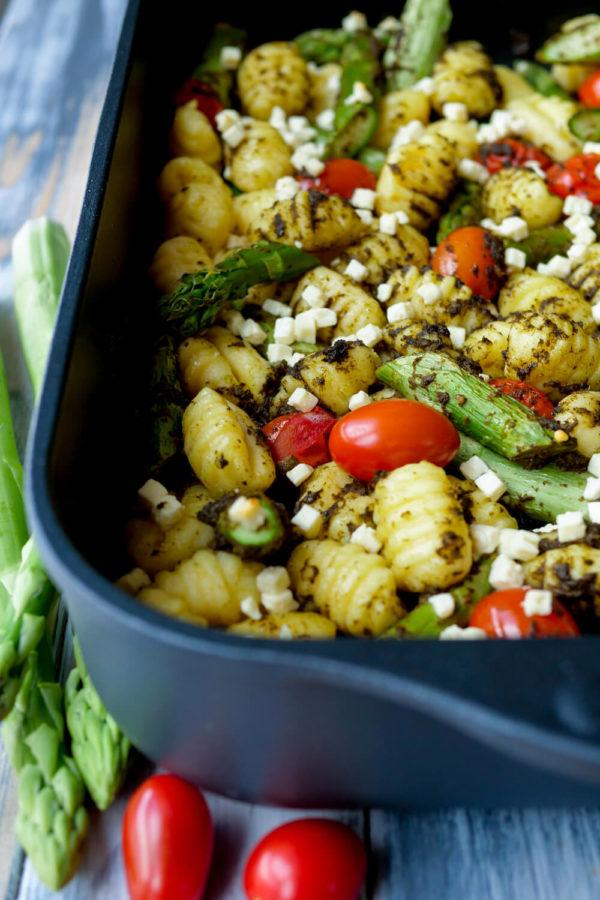 Gnocchi Auflauf mit gruenem Spargel, Tomaten und Feta