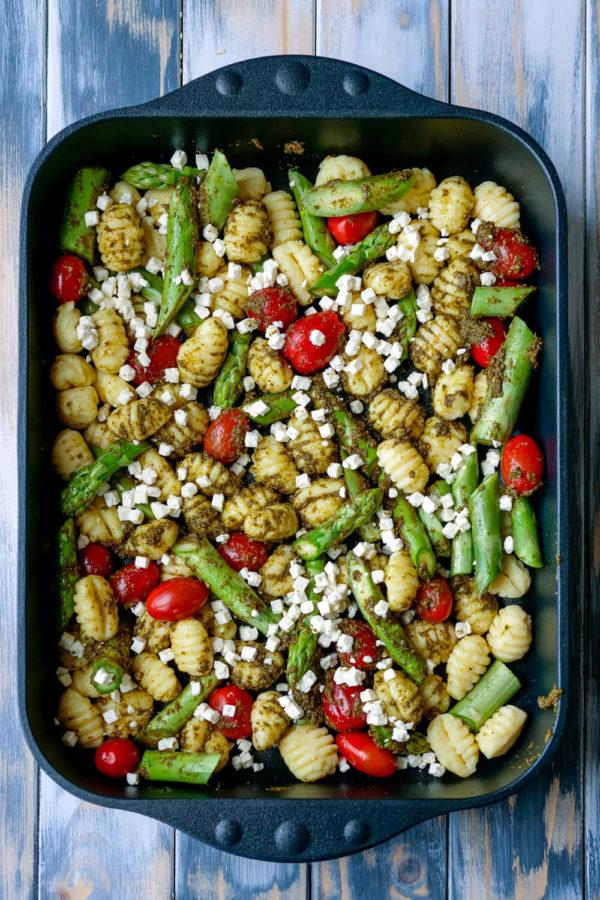 Gnocchi mit gruenem Spargel und Pesto in der Auflaufform
