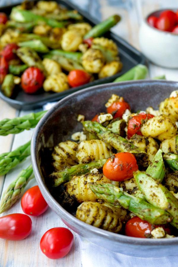 Gnocchi mit gruenem Spargel, Tomaten und Pesto als schnelles Mittagessen