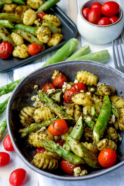 Gnocchi mit grünem Spargel, Tomaten, Feta und Pesto