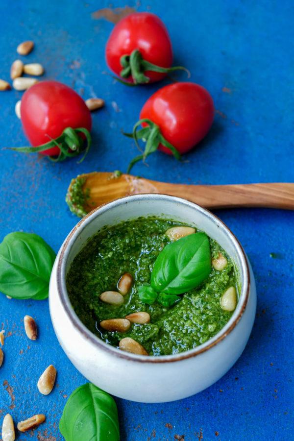 Einfaches Rezept für grünes Pesto mit Basilikum und Pinienkernen