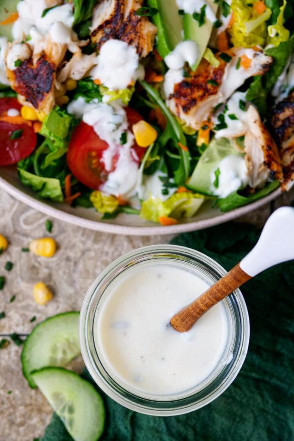 Joghurt-Dressing zu gemischtem Salat mit Hähnchen, Tomaten, Gurken und Mais