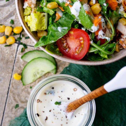 Joghurt-Dressing mit Salat aus Blattsalat, Hähnchen, Tomaten, Gurken und Mais
