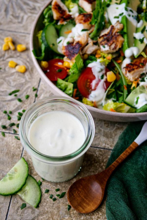 Joghurt-Dressing mit Naturjoghurt selber machen zu gemischtem Blattsalat