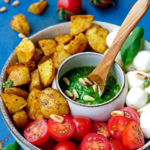 Kartoffel-Bowl mit Pesto, Tomaten, Mozzarella und Pinienkernen