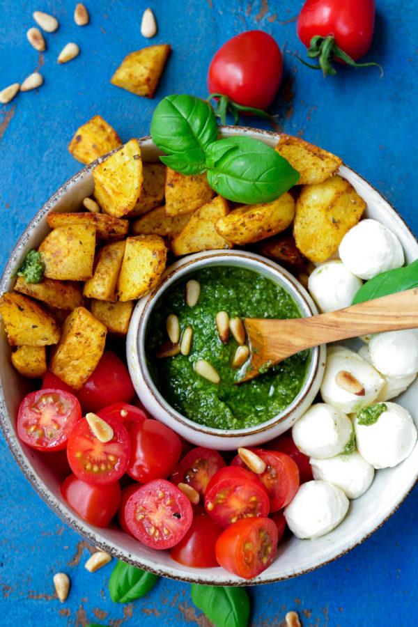 Kartoffel-Bowl mit Tomaten, Mozzarella und Basilikumpesto