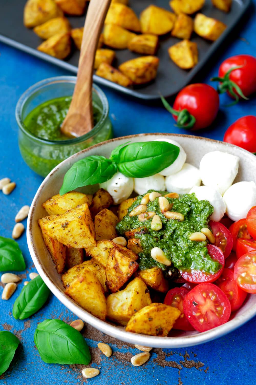 Einfache Kartoffel-Bowl mit Tomaten, Mozzarella, Basilikumpesto und Pinienkernen