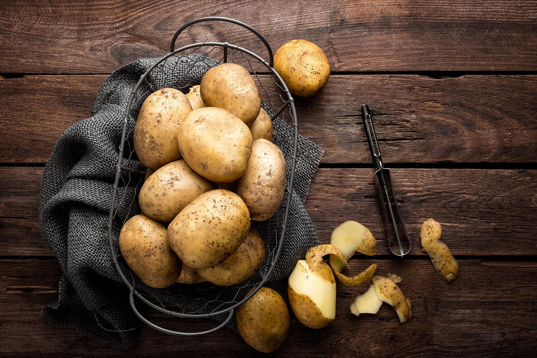 Kartoffeln beim Schälen