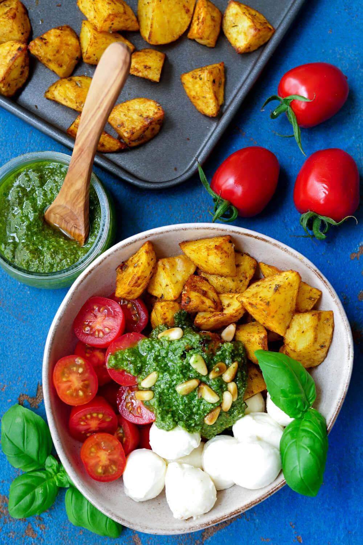 Kartoffelsalat mit Pesto, Tomaten, Mozzarella, Pinienkernen und Basilikum
