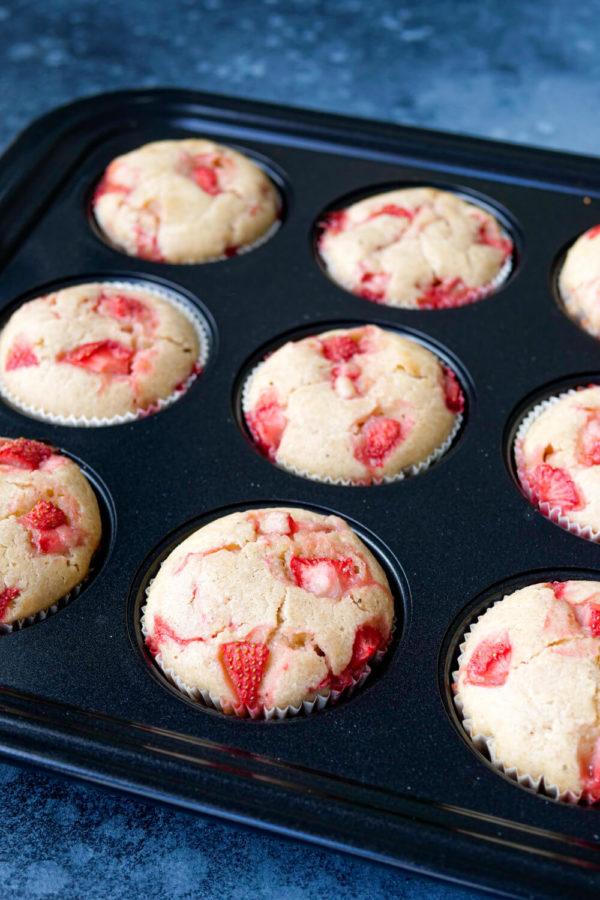 Muffins mit Erdbeeren in Backform backen