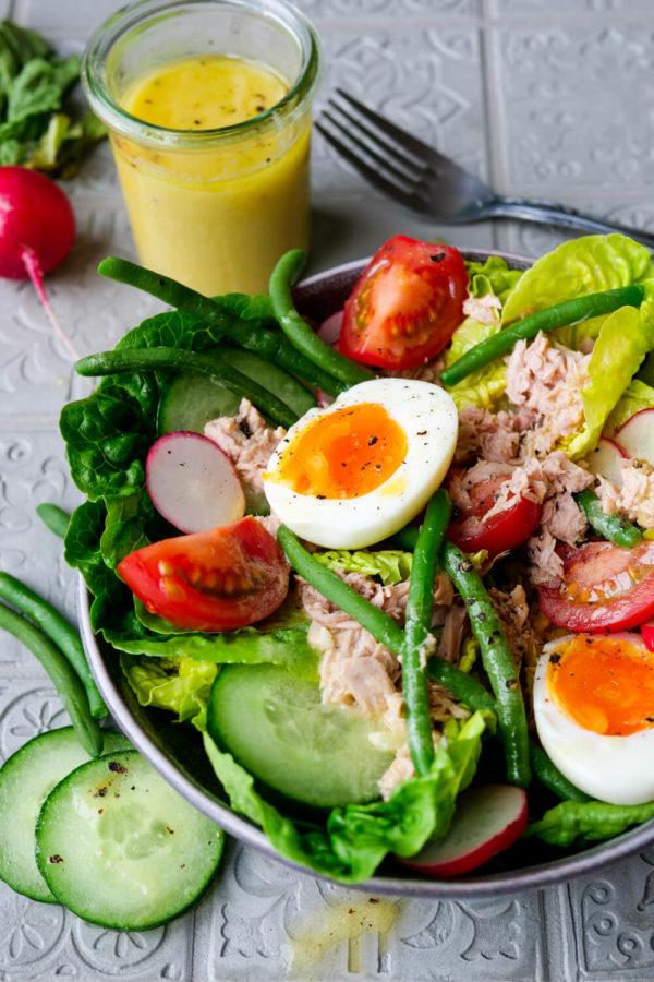 Nizza-Salat mit Eiern, Bohnen Gurken, Thunfisch und schnellem Dressing