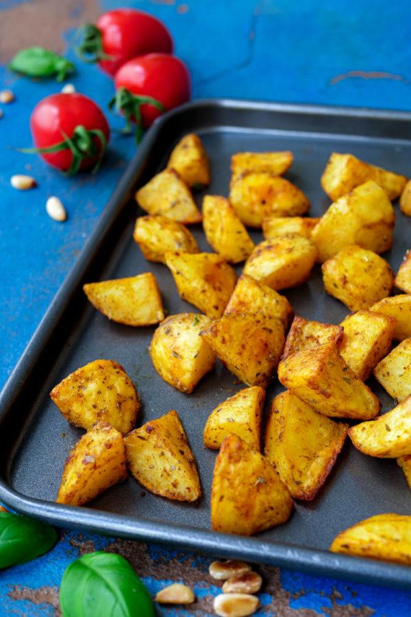 Knusprige Ofenkartoffeln aus dem Backofen auf dem Backblech