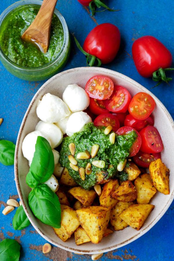 Ofenkartoffeln mit Pesto, Tomaten, Mozzarella und Pinienkernen