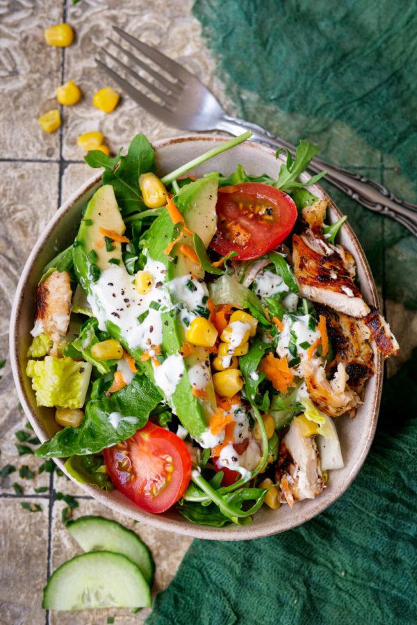 Gemischter Salat mit Hähnchen, Tomaten, Mais und Joghurt