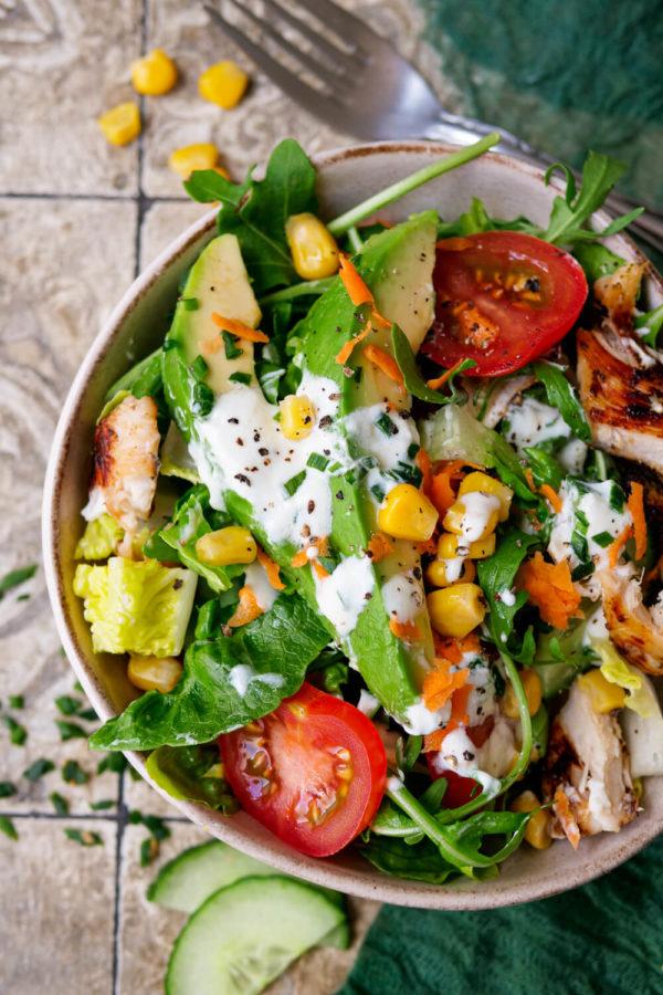 Salat mit Joghurtdressing, Hähnchen, Mais und Avocado