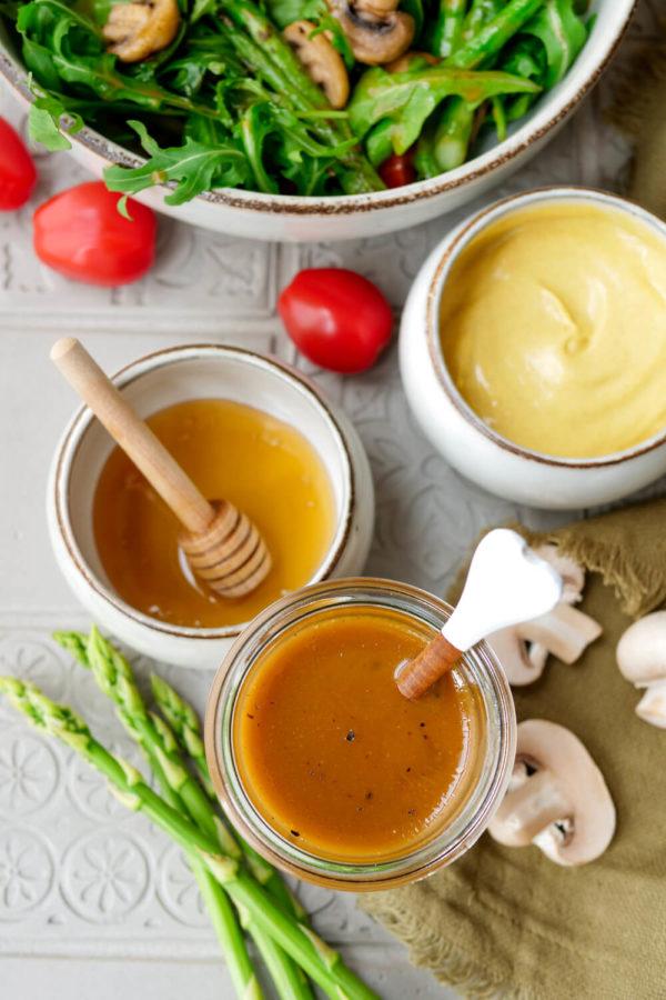 Einfaches Senfdressing mit Honig und Dijonsenf im Glas