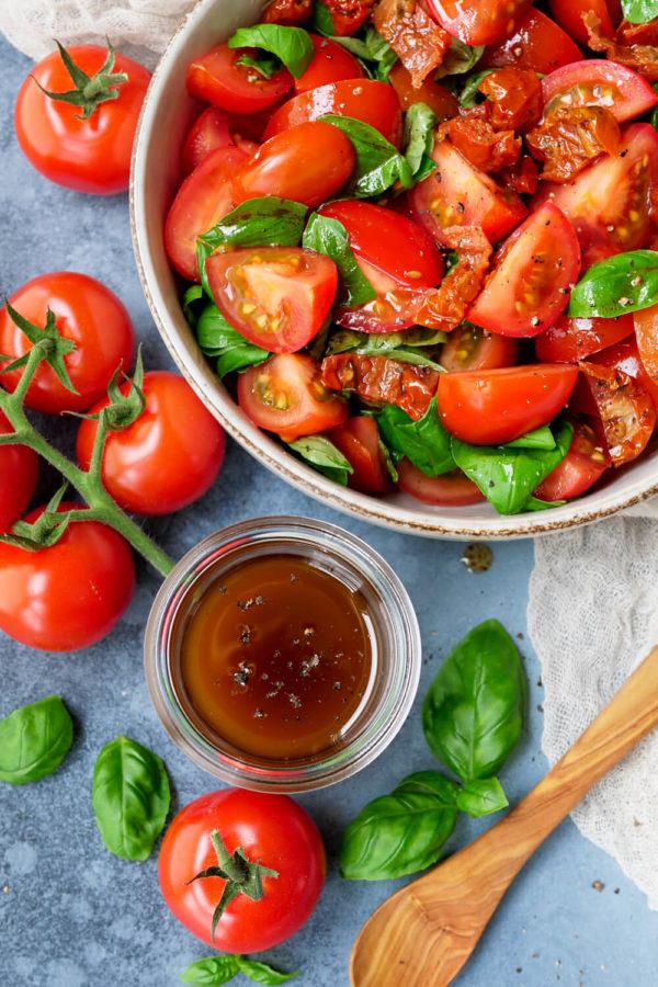 Tomatensalat aus getrockneten Tomaten, Tomaten und Basilikum mit Balsamico-Dressing