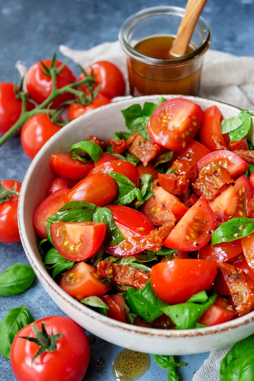 Klassischer Tomatensalat aus Tomaten, getrockneten Tomaten und Basilikum